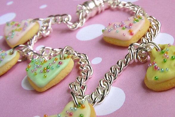 Idée cadeau n°8 : Un bracelet composée de breloque en coeur