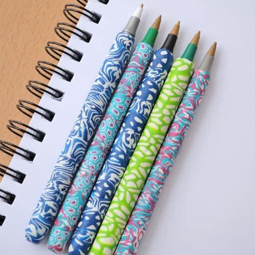 Un stylo décoré avec de la fimo